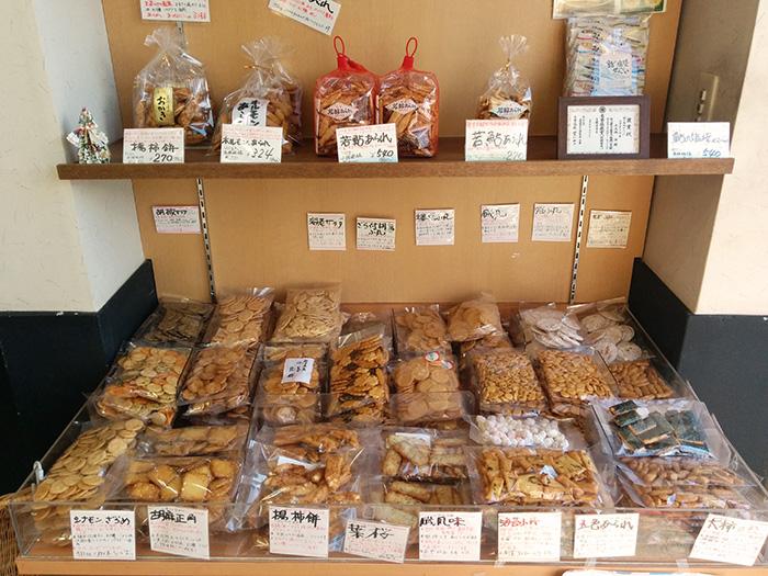 たくさんの種類のおせんべが売られています。