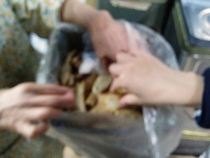 梅味のあゆせんべいまでいただく(3個目)。写真がぶれているのは両手があゆせんべいでふさがっているため。